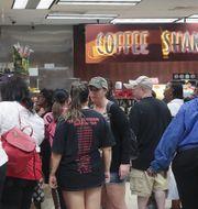 Människor köper på sig mat inför Barry.  SCOTT OLSON / GETTY IMAGES NORTH AMERICA