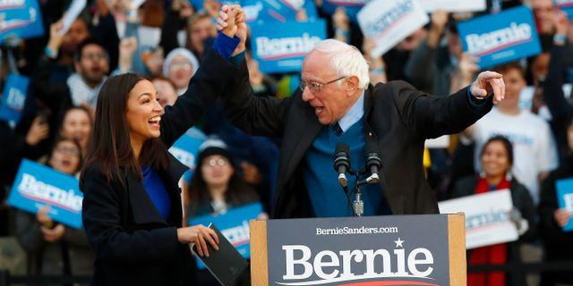 Alexandria Ocasio-Cortez och Bernie Sanders.  Paul Sancya / TT NYHETSBYRÅN