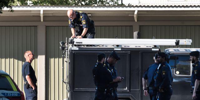 Polisens tekniker på platsen där kvinnan hittades. Niklas Lindahl / TT / TT NYHETSBYRÅN