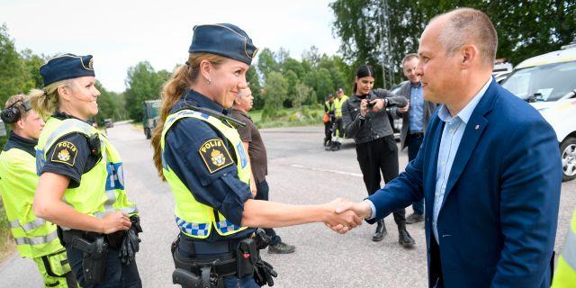 Morgan Johansson möter poliser i Sala. Arkivbild från 2018. Fredrik Sandberg/TT / TT NYHETSBYRÅN