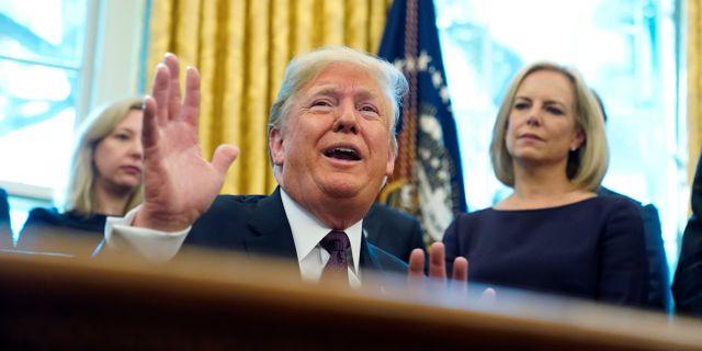 Donald Trump och ministern Kirstjen Nielsen i Ovala rummet. JONATHAN ERNST / TT NYHETSBYRÅN