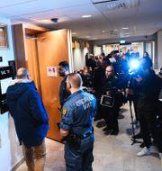 Stort medieuppbåd i samband med att rättegången startade.  Fredrik Sandberg/TT / TT NYHETSBYRÅN