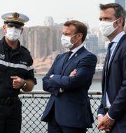 Olivier Véran (längst till höger) tillsammans med president Emmanuel Macron och en officer från den franska flottan. Stephane Lemouton / TT NYHETSBYRÅN