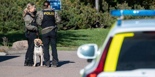 Polisen sökte med hund i området där paret hittades.  Johan Nilsson/TT / TT NYHETSBYRÅN