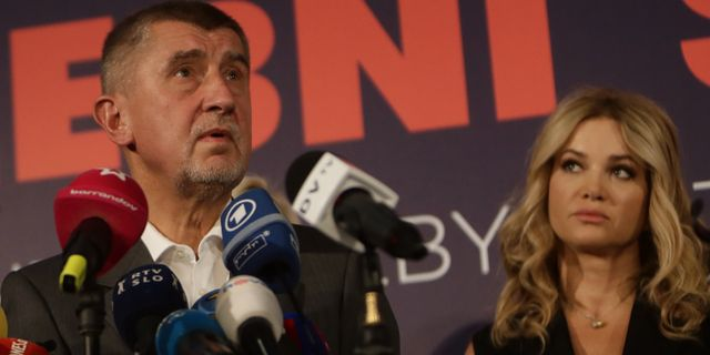 Andrej Babis och hustrnu Monika på en pressträff efter segern. DAVID W CERNY / TT NYHETSBYRÅN