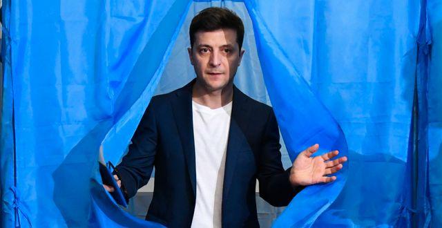 Volodymyr Zelenkyj efter att han lagt sin röst i presidentvalet i april. GENYA SAVILOV / AFP