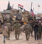 Ryska, syriska och amerikanska styrkor i en by i Syrien. Arkivbild. TT NYHETSBYRÅN