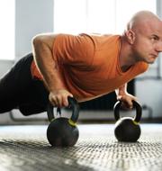 En man tränar i gymmet och en kvinna tar en löptur utomhus. Shutterstock