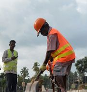 Kinesiskt vägbygge med arbetskraft från Sri Lanka. LAKRUWAN WANNIARACHCHI / AFP