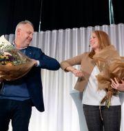 Jonas Sjöstedt (V) och Annie Lööf (C) gör coronahälsningen. Jessica Gow / TT NYHETSBYRÅN