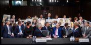 Delar av Boeings ledning framför anhöriga till offren i det senaste årets Boeing 737 Max-krascher.  SARAH SILBIGER / TT NYHETSBYRÅN