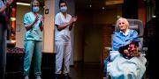 Julia Dewilde lämnar sjukhuset. KENZO TRIBOUILLARD / TT NYHETSBYRÅN
