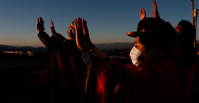 Människor med munskydd i bolivianska La Paz. Juan Karita / TT NYHETSBYRÅN