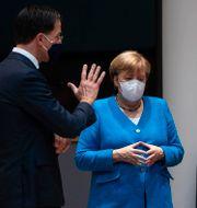 Nederländernas premiärminister Mark Rutte i samtal med Tysklands förbundskansler Angela Merkel, EU-kommissionens Ursula von der Leyen och Frankrikes president Emmanuel Macron på lördagsmorgonen.  Francisco Seco / TT NYHETSBYRÅN