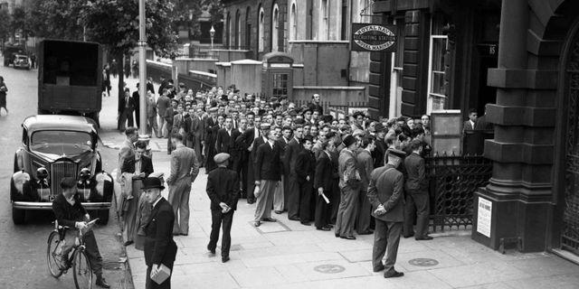 Män köar för att gå med i den brittiska flottan 1939. Sidney Beadel / TT / NTB Scanpix