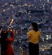 Besökare tar bilder vid Shibuya Sky observation deck i Tokyo i helgen Kiichiro Sato / TT NYHETSBYRÅN