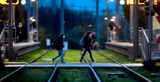 Skolbarn i Frankfurt på måndagsmorgonen. Michael Probst / TT NYHETSBYRÅN