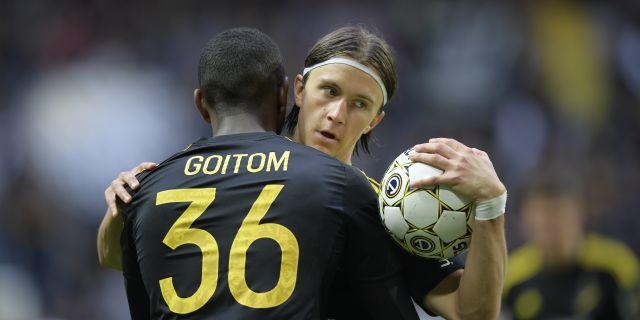 AIK:s Kristoffer Olsson kramas om av Henok Goitom efter 1-1-målet under söndagens allsvenska match mellan AIK och Athletic Eskilstuna på Friends Arena. Anders Wiklund/TT / TT NYHETSBYRÅN