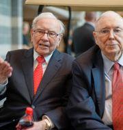 Charlie Munger tillsammans med Warren Buffett.  TT