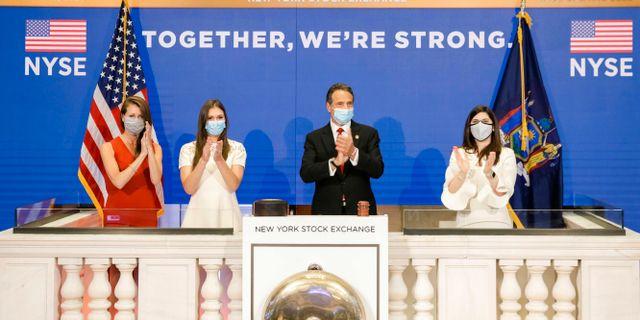 Tisdagens handelssession var första gången sedan pandemins utbrott som New York-börsens mäklare åter fick arbeta från börsgolvet. New Yorks guvernör Andrew Cuomo ringde i börsklockan.  Courtney Crow / TT NYHETSBYRÅN
