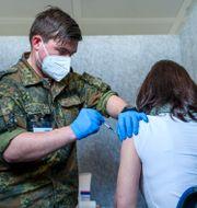 Michael Gebhardt från tyska militären tar hand om en vaccination. Daniel Vogl / TT NYHETSBYRÅN