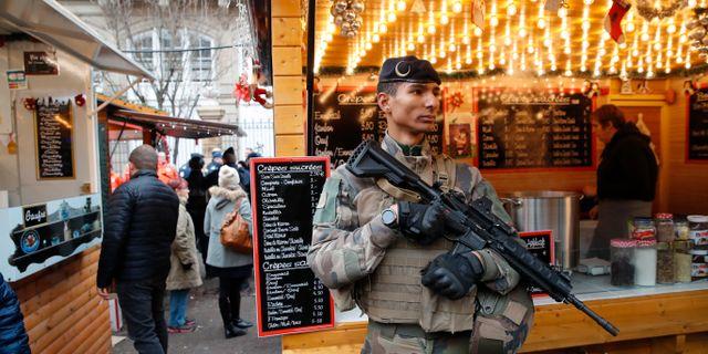 Fransk beväpnad polis vid julmarknaden Christophe Ena / TT NYHETSBYRÅN