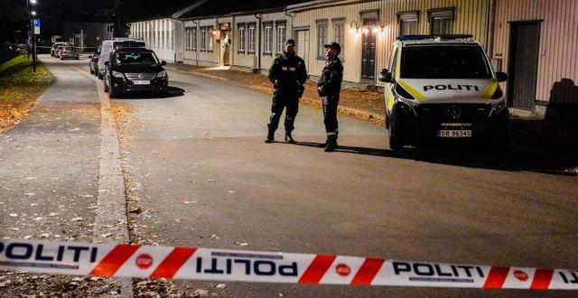 Polis Kongsbergs centrum på onsdagskvällen. Terje Pedersen / TT NYHETSBYRÅN