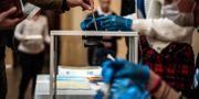 Strikta hygienrutiner i de franska vallokalerna under söndagen. JEFF PACHOUD / TT NYHETSBYRÅN