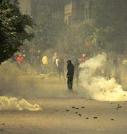 Polisen använde rökgranater mot demonstranterna. Hassene Dridi / TT NYHETSBYRÅN