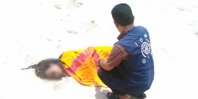 En IOM-medarbetare och en död kropp som spolats upp på stranden i Jemen efter gårdagens händelse. IOM