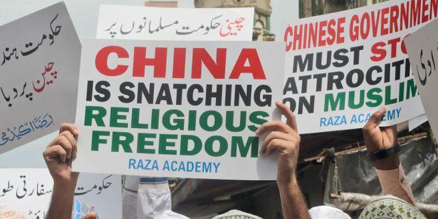 Indiska muslimer protesterar mot hur Kina behandlar den muslimska uiguriska minoriteten. Rajanish Kakade / TT NYHETSBYRÅN/ NTB Scanpix