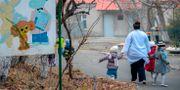En barnskötare med flera barn från ett barnhem  i Armenien. KAREN MINASYAN / AFP