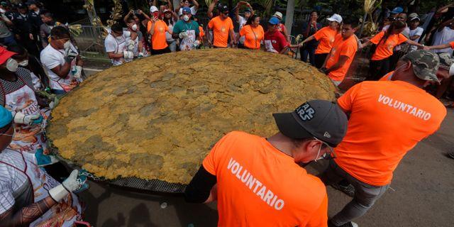 Världens största patacon har tillagats i Panama. Arnulfo Franco / TT NYHETSBYRÅN
