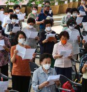 Människor bär munskydd i Seoul. Ahn Young-joon / TT NYHETSBYRÅN