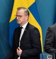 Mikael Damberg och Stefan Löfven på pressträffen. Janerik Henriksson/TT / TT NYHETSBYRÅN
