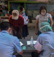 Gästarbetare på marknaden i Samut Sakhon i Thailand testas för covid-19. Chalida Ekvitthayavechnukul / TT NYHETSBYRÅN