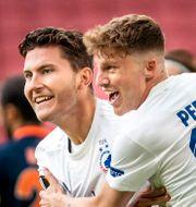 Jonas Wind och Pep Biell firar efter mål i matchen mot Basaksehir.   Mads Claus Rasmussen / TT NYHETSBYRÅN