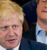 Boris Johnson och David Cameron i bakgrunden. Matt Dunham / TT NYHETSBYRÅN