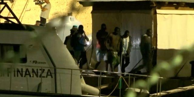 Migranter på båten Alex i Lampedusa.  REUTERS TV / TT NYHETSBYRÅN