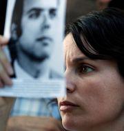 En släkting till alla de som försvann under militärstyret vid en minnesceremoni. Natacha Pisarenko / TT NYHETSBYRÅN