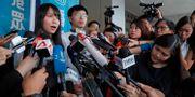 Aktivisterna Agnes Chow och Joshua Wong  efter att de släppts mot borgen. Kin Cheung / TT NYHETSBYRÅN