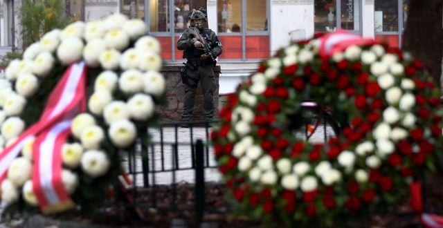 Blommor för offren i Wien, Österrike.  Matthias Schrader / TT NYHETSBYRÅN
