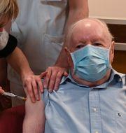 En 92-årig man vaccineras på ett äldreboende i Dijon. Philippe Desmazes / TT NYHETSBYRÅN