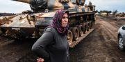 Turkiska bybor intill soldater vid den syriska gränsen. BULENT KILIC / AFP