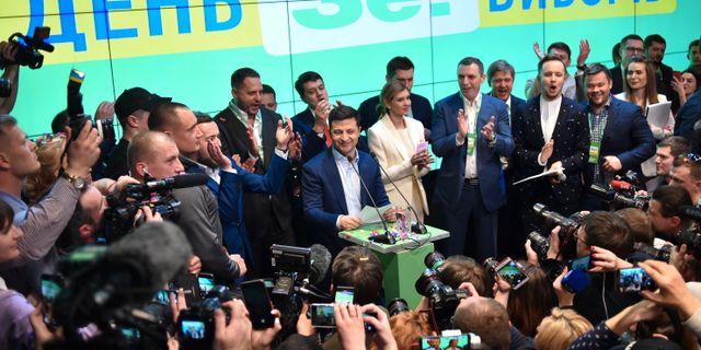Volodymyr Zelenskyj på en presskonferens efter vallokalsundersökningen.  SERGEI GAPON / AFP
