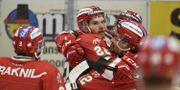 Moras Matt Bailey kramas om efter segermålet i torsdagens ishockeymatch i SHL mellan Mora IK och IF Malmö i Jalas Arena. Ulf Palm/TT / TT NYHETSBYRÅN