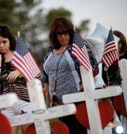 Arkivbild. Anhöriga till offren i Las Vegas vid minnesplats. John Locher / TT NYHETSBYRÅN
