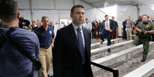 Kevin McAleenan besöker ett migrationscenter i USA.  Eric Gay / TT NYHETSBYRÅN