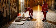 Medarbetare på Röda korset tar hand om en hemlös i Rom. Cecilia Fabiano / TT NYHETSBYRÅN