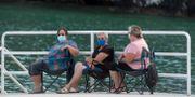 Kvinnor med ansiktsmasker i Porto o Barqueiro i nordvästra Spanien.  Paul White / TT NYHETSBYRÅN